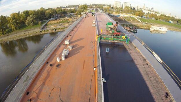 Ostatnie prace na Łazienkowskim. Widok na most z drona
