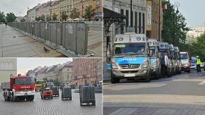 Straż pożarna wozi barierki, metalowe korytarze na Krakowskim