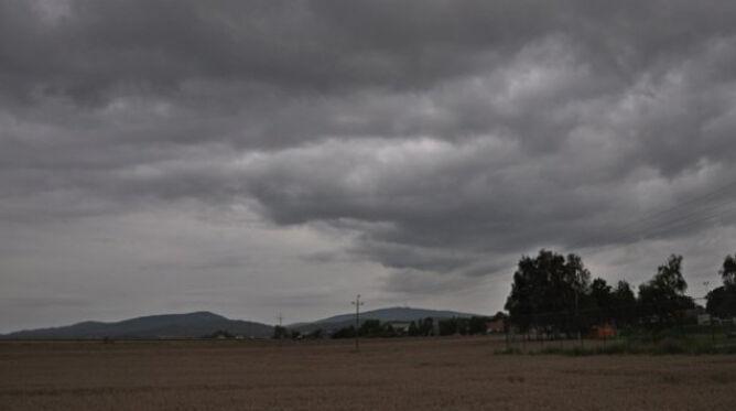 Prognoza pogody na dziś: aura nie będzie letnia. Pochmurno, lokalnie usłyszymy grzmoty